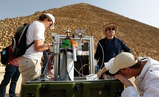 Tutkijat asentamassa myoniradiografia Kheopsin pyramidin edustalla.