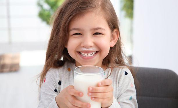 Pikkutyttö tahtoikin vain vähän maitoa. Kuvituskuva.