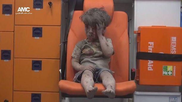 Pieni Omran oli ollut illallisella kotonaan, kun pommi iski heidän taloonsa.
