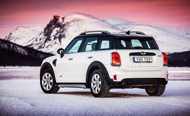 Autoa koeajettiin Norjan teillä sekä jääradalla.