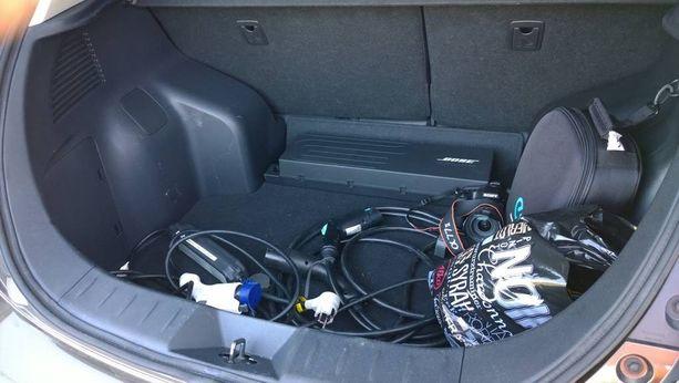 Autossamme on kaksi kaapelia, joista toinen käy tavalliseen kotitöpseliin ja toinen nopeampaan lataukseen.