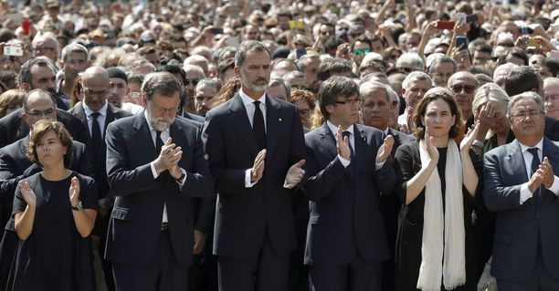 Espanjan varapääministeri Soraya Saenz de Santamaria, pääministeri Mariano Rajoy, Kuningas Felipe VI, Katalonian johtaja Carles Puigdemont, Barcelonan pormestari Ada Colau ja Espanjan sisäministeri Juan Ignacio Zoido osallistuivat uhreja kunnioittavaan seremoniaan