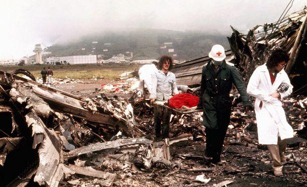 Pelastustyöntekijöitä kohtasi lohduton näky Teneriffalla maaliskuussa 1977.