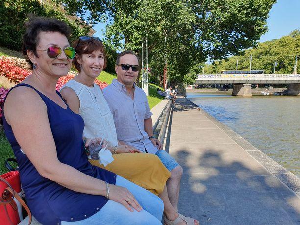Tiina, Anne ja Juha viettivät aurinkoista iltapäivää Aurajoen rannassa Turussa.