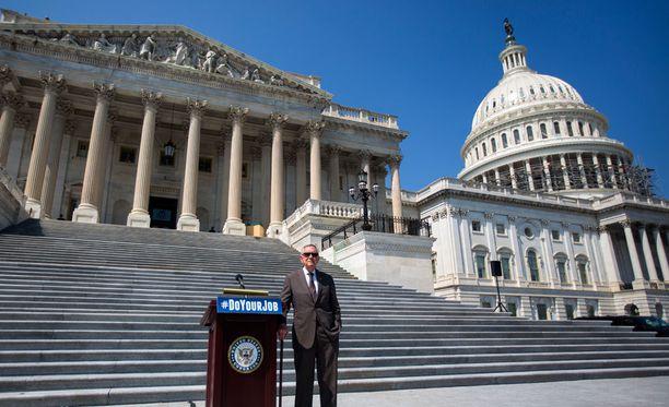 Yhdysvaltojen senaatin demokraattien johtaja Harry Reid Kongressin Capitol-rakennuksen edustalla.