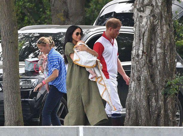 Archiesta onnistuttiin nappaamaan kuvia kesällä, kun hän kävi Meghan-äitinsä käsivarsilla kannustamassa Harry-isäänsä poolopelissä.