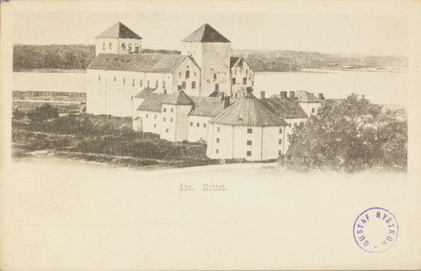 Turun linna on yhä kaupungin tärkeimpiä nähtävyyksiä. Vanhassa postikortissa se seisoo varsin avarassa maisemassa.