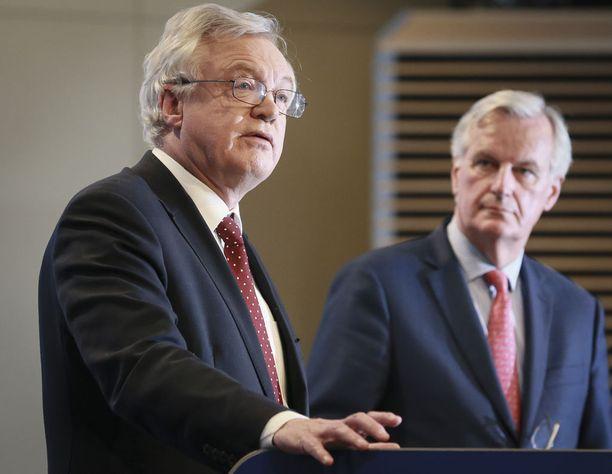 Iso-Britannian edustaja David Davis (vas) ja EU:n edustaja Michel Barnier lehdistötilaisuudessa Brysselissä perjantaina.