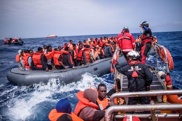 YK varoittaa ennätyksellisen korkeasta hukkumisriskistä Välimerellä. Kymmenestä alueella toimineesta pelastusveneestä on toiminnassa enää yksi. Kuvassa pelastusoperaatio huhtikuussa 2018.