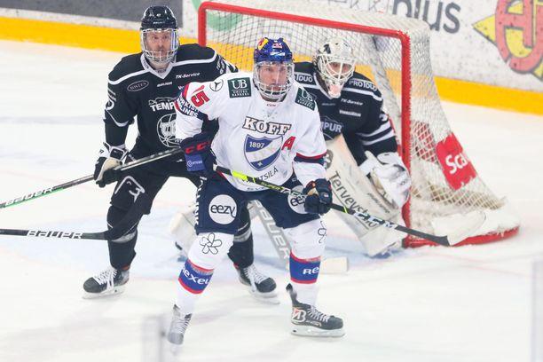 Anton Lundell (valkoisessa paidassa) ei ole TPS-sarjassa loistanut.