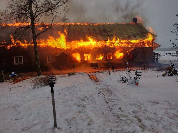 Kouvolassa sijaitsevan hevostallin tulipalossa kuolivat kukko ja kaksi kanaa. Tallin hevoset olivat tapahtumahetkellä ulkona.