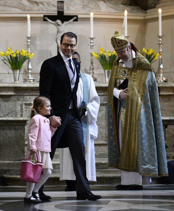 Prinsessa Estelle torstaina pikkuveljelleen järjestetyssä jumalanpalveluksessa.