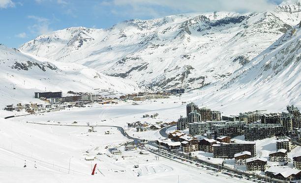 Silminnäkijöiden mukaan suuri määrä ihmisiä hautautui lumivyöryn alle suositussa Tignesin hiihtokeskuksessa.