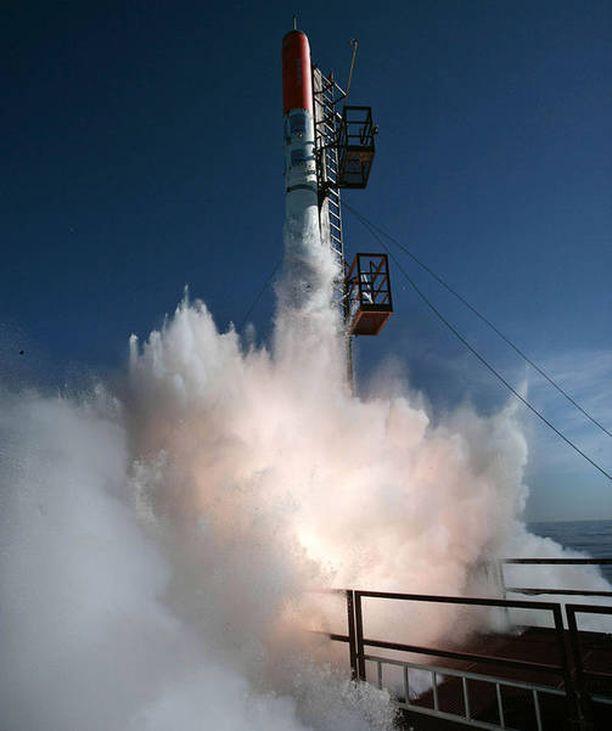 Madsen ja Christoffer Meyer työskentelivät yhdessä rakettiprojektissa. Tässä heidän rakettinsa HEAT 1X laukaistaan kelluvalta alustalta 2011.
