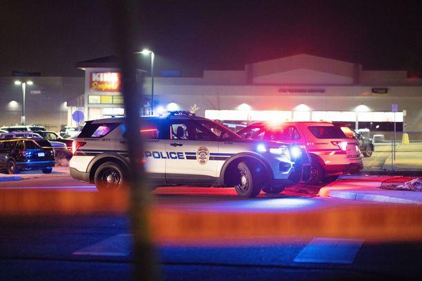 Ensimmäisenä paikalle saapunut poliisi sai surmansa hyökkääjän luodeista.
