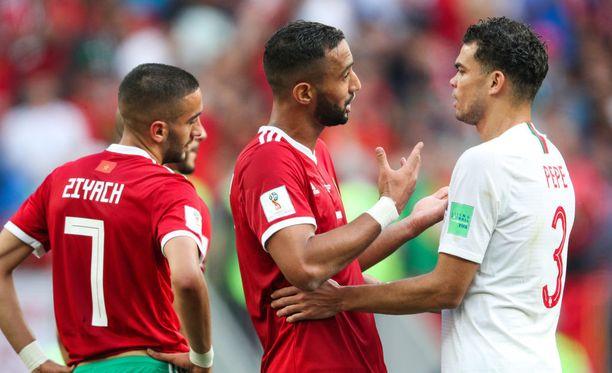 Mehdi Benatialla (kesk.) ja Pepellä (oik.) oli asiaa toisilleen keskiviikon pelissä.