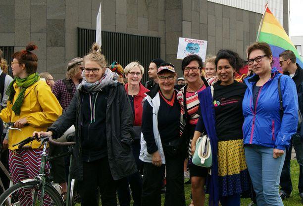Kulkue lähtötunnelmissa. Naisten ryhmässä Arktisen maahanmuuttajien puheenjohtaja Nafisa Yeasmin (toinen oikealta).