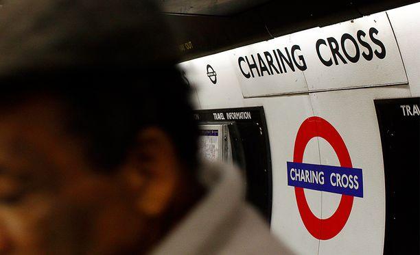 Charing Crossin asema Lontoossa on evakuoitu pommiuhan takia.