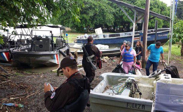 Ihmisiä evakuoidaan pyörremyrskyn tieltä Costa Rican rannikolla.