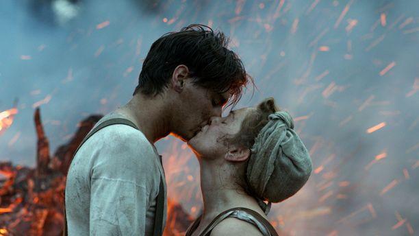 Oma maa kertoo Suomen jälleenrakentamisesta sodan jälkeen nuoren parin rakkaustarinan siivittämänä.