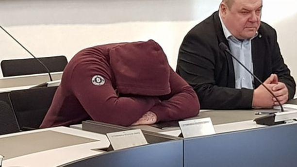 Jyri Niemisen vangitsemiselle ei ollut edellytyksiä käräjäoikeuden tuomion jälkeen. Mies peitti kasvonsa pääkäsittelyn alussa.