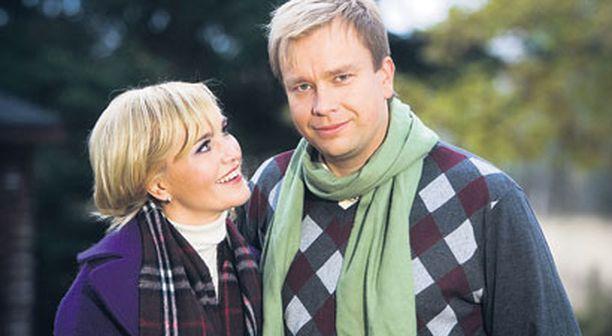 Satu Taiveho ja Antti Kaikkonen asuvat kahta kotia. Tuusulassa heitä odottaa punainen tupa ja ihana piha.