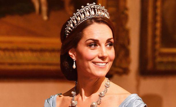 Cambridgen herttuatar Catherine edusti upeassa tiarassa Buckinghamin palatsissa Hollannin kuningasparin  vierailun kunniaksi järjestetyssä juhlatilaisuudessa.