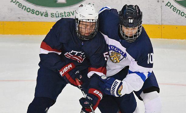 Nate Knoepke ja Kristian Vesalainen taistelivat MM-finaalissa kiekosta.