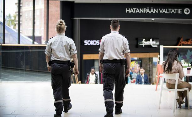 Lakko voi toteutuessaan sulkea esimerkiksi kauppaliikkeitä, sillä myymälävarkauksien estäminen kuuluu vartijoille.