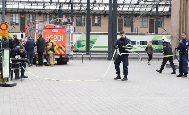 Poliisi eristi hetkeksi rautatieaseman luoteissiiven. Tässä konstaapelit jo purkavat sulkua.
