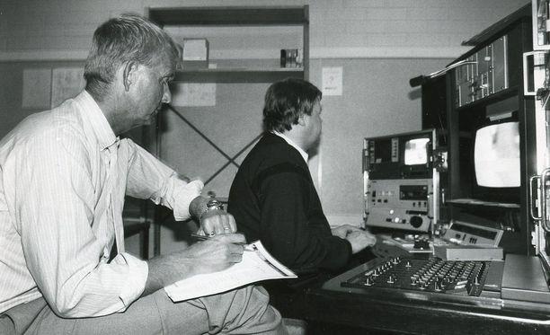 Juha Jokinen (vasemmalla) lukeutuu suomalaisen urheiluselostuksen suuriin legendoihin.