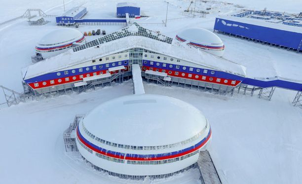 Tukikohtaa koristavat Venäjän lipun värit.