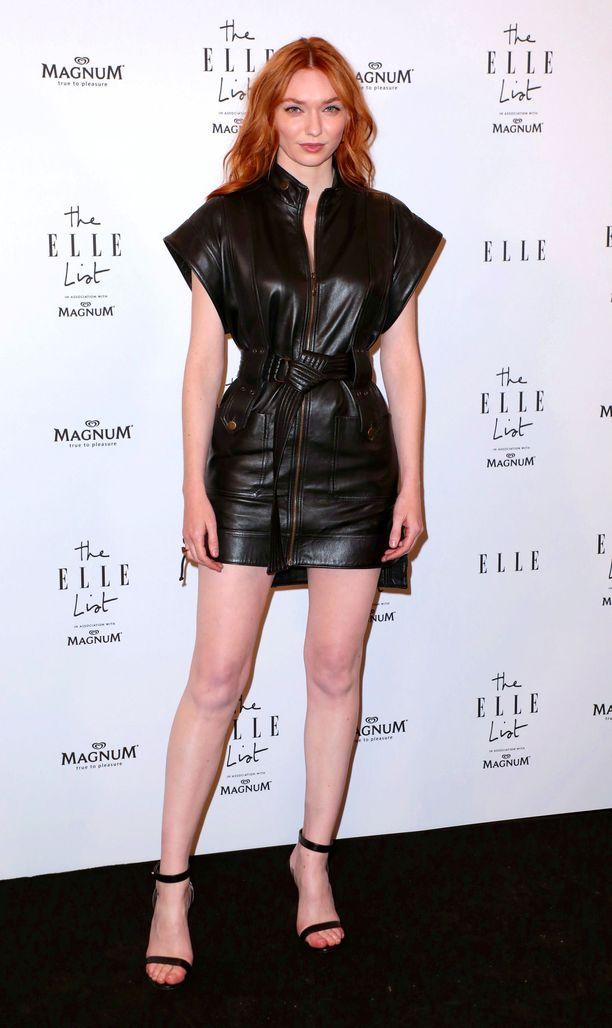 Eleanor Tomlinsonin tyylistä kannattaa ottaa mallia: Dundasin minimekossa on äärimmäisen lyhyt helma, jota yli-iso yläosa tasapainottaa.