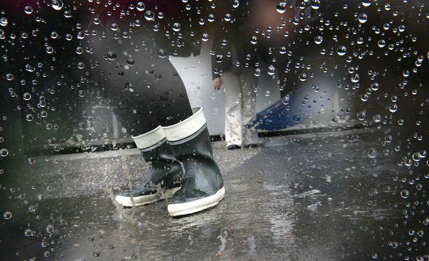 Säätyyppi muuttuu sateiseksi lähes koko maassa torstaista alkaen. Kuvituskuva.
