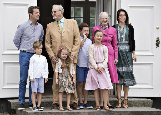 Kuninkaalliset parvekkeella vuonna 2016. Vasemmalta kruununprinssi Frederik, prinssi Vincent, prinssi Henrik, prinsessa Josephine, prinssi Christian, prinsessa Isabella, kuningatar Margareeta ja kruununprinsessa Mary.