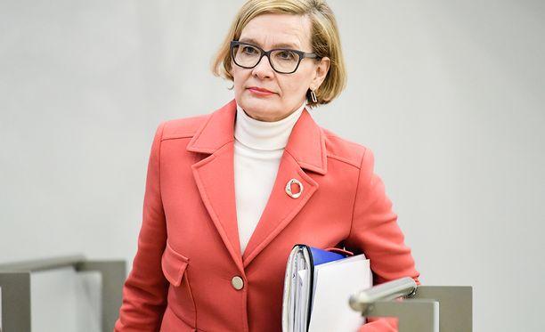 Sisäministeri Paula Risikko kommentoi myös pakkopalautuksia. Risikon mukaan pakkopalautusta odottavista yli 800 on Irakin kansalaisia.