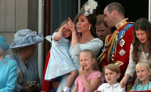 Catherine yritti kääntää harmistuneen Charlotten huomion tapahtumiin.