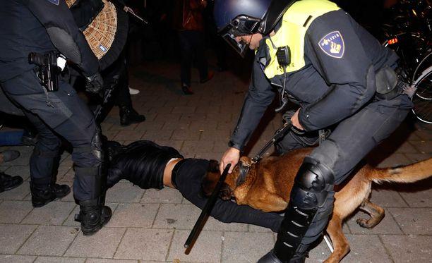 Poliisi joutui hajottamaan mielenosoitukset voimakeinoin Rotterdamissa.