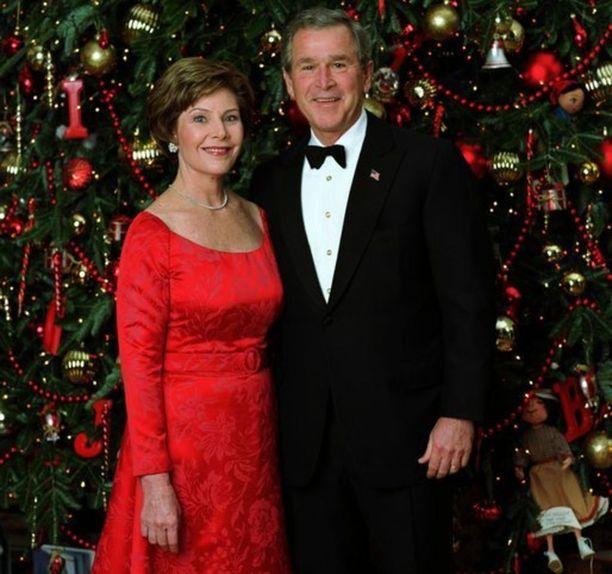 Bushit poseerasivat ilman lapsiaan Valkoisen talon joulutervehdyksessä 2003.