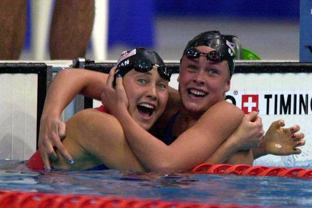 Misty Hyman voitti Sydneyssä 200 metrin perhosuinnin olympiakultaa ja sai onnittelut maannaiseltaan Kaitlin Sandenolta