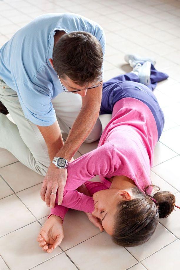 Sammunut kannattaa asettaa kylkiasentoon. Kylkiasento takaa sen, että potilaan hengitystiet pysyvät avoimina.