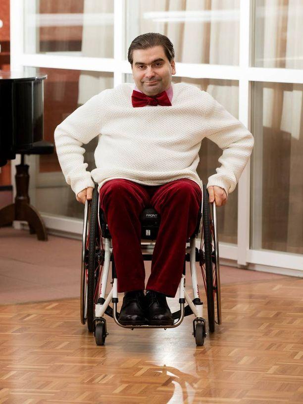Oikeustieteen maisteri Jukka Kumpuvuori sanoo, että puhe palveluiden yhtenäistämisestä ja ihmisten yksilöllisten tarpeiden huomioon ottamisesta on vain retoriikkaa, jolla perustellaan vammaispalveluiden muuttaminen maksullisiksi.