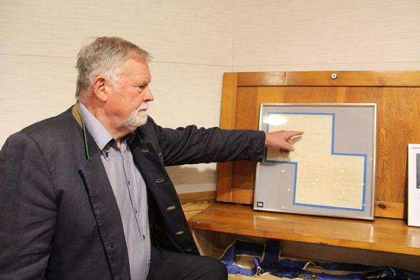Vapaamuurareiden museotoimintaa hoitava Per Erik Törnqvist esittelee Sibeliuksen nimea järjeston asiakirjassa.