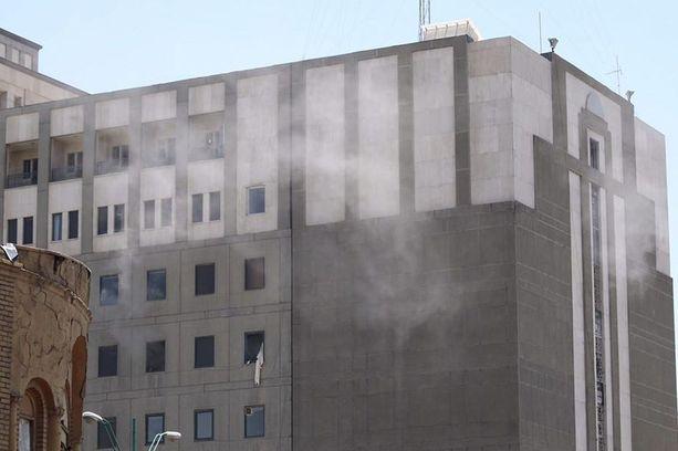 Iranin parlamenttirakennuksesta nousi keskiviikkona savu. 12 ihmistä kuoli kaksoisiskussa.