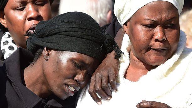 Akon Guode (vas.) myönsi rikoksensa oikeudessa. Kuva lasten hautajaisista huhtikuulta 2015.