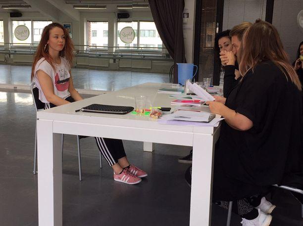 19-vuotiaan Sandra Telisen haastattelu päättyi täyspottiin: hänellä on kesäksi töitä Cheekin taustatanssijana!