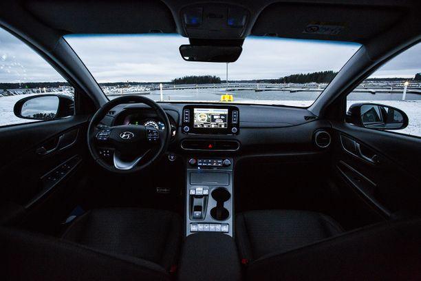 Säätövarat ovat muuten riittävät pitkällekin kuljettajalle, mutta tuulilasin heijastusnäytön säädöt loppuvat kesken yli 190 senttiselle.