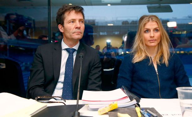 Christian B. Hjort Therese Johaugin vierellä Oslon dopingkäräjillä tammikuun lopussa.