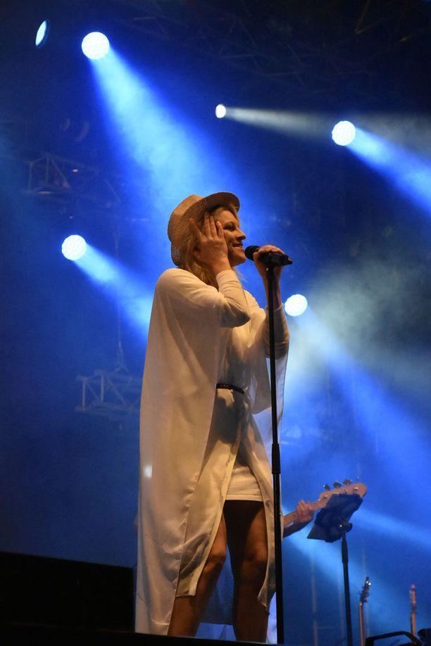 Laura Voutilaisen hitteihin kuuluvat Addicted to You ja Kerran.