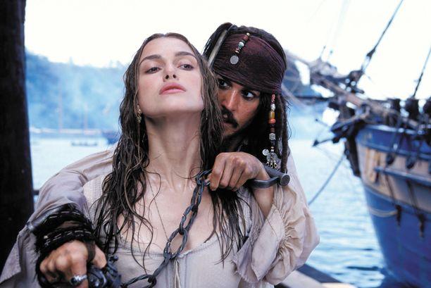 Pirates of the Caribbean: Mustan helmen kirous kuului vuoden 2003 katsotuimpiin elokuviin. Kuvassa Deppin kanssa Keira Knightley.